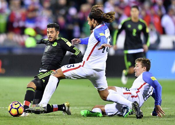 Нападающий сборной Мексики Карлос Вела (слева)