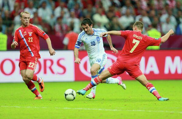 Футболисты сборной России Денис Глушаков (слева) и Игорь Денисов (справа) во время матча чемпионата Европы в 2012 году