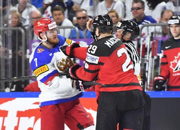 Форвард сборной Канады Нэтан Маккиннон и нападающий сборной России Иван Телегин (справа налево)
