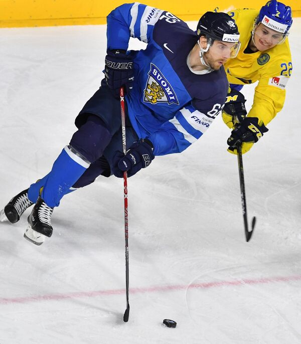 Форвард сборной Финляндии Оскар Осала (слева)