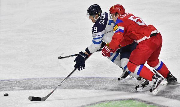 Защитник сборной России Богдан Киселевич (справа) и нападающий сборной Финляндии Вели-Матти Савинайнен