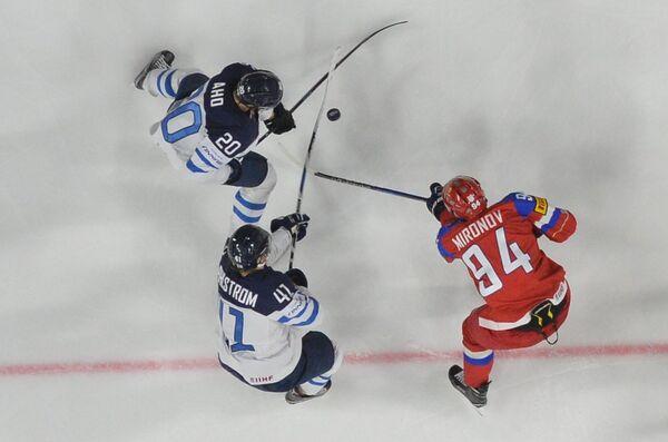 Защитник сборной России Андрей Миронов и хоккеисты сборной Финляндии Антти Пильстрём и Себастьян Ахо (справа налево)