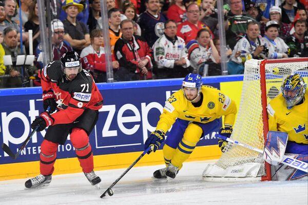 Форвард сборной Канады Александр Киллорн и защитник сборной Швеции Оливер Экман-Ларссон (слева направо)