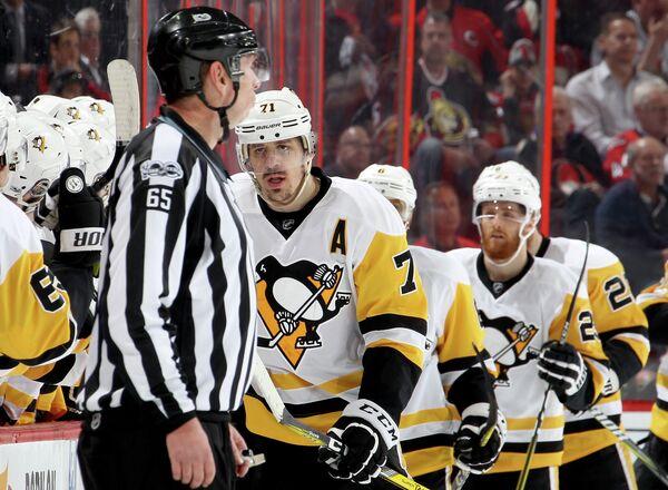 Нападающий Питтсбурга Евгений Малкин (второй слева)