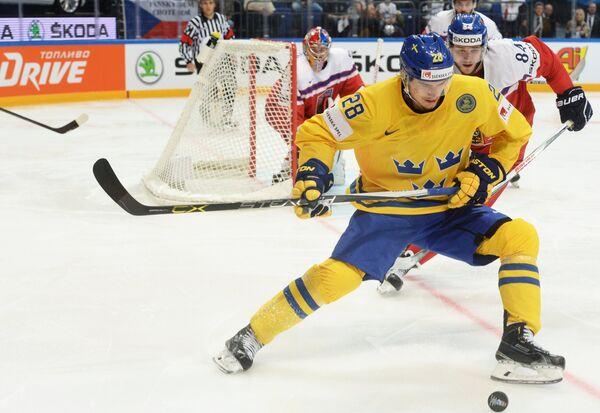 Нападающий сборной Швеции Юхан Сундстрём (на первом плане)