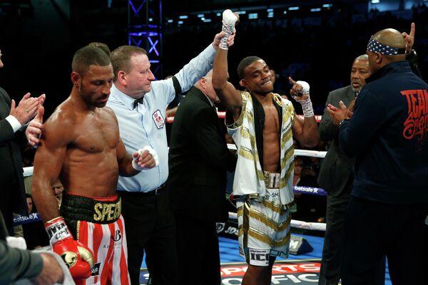 Британский боксер Келл Брук (слева) и американец Эррол Спенс-младший (с поднятой рукой)