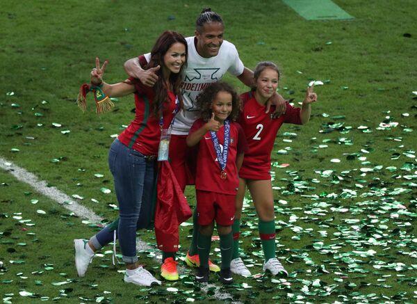 Защитник сборной Португалии Бруну Алвеш с супругой Хут и детьми Леонардо и Адрианой