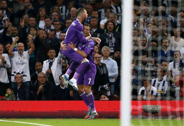 Игроки ФК Реал Мадрид Серхио Рамос и Криштиану Роналду (справа)