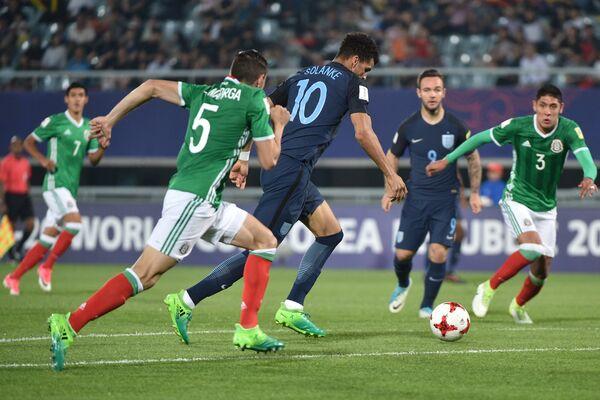 Игровой момент матча молодежного ЧМ между командами Англии и Мексики