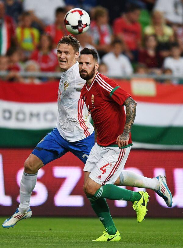 Нападающий сборной России Александр Бухаров (слева) и защитник сборной Венгрии Тамаш Кадар