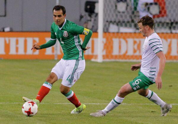 Защитник сборной Мексики Рафаэль Маркес (слева) и полузащитник сборной Ирландии Стивен Глисон