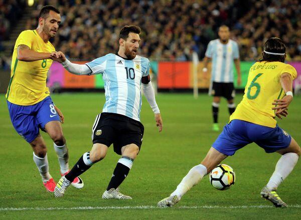 Полузащитник сборной Бразилии Ренато Аугусто, нападающий сборной Аргентины Лионель Месси и защитник сборной Бразилии Филипе Луис (слева направо)