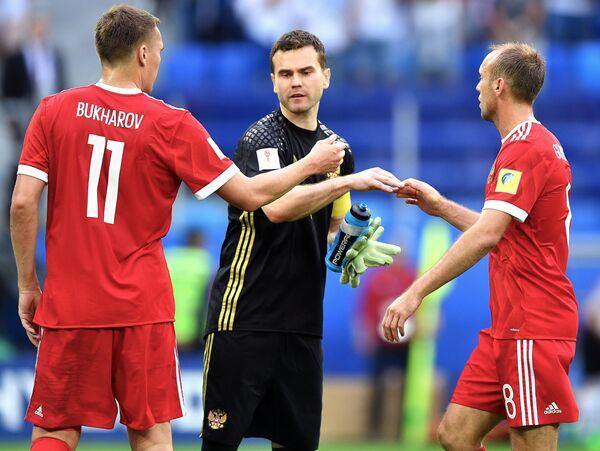 Футболисты сборной России Александр Бухаров, вратарь Игорь Акинфеев и Денис Глушаков (слева направо)