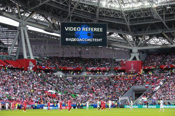 Сообщение о работе видеоассистента на информационном табло во время матча Кубка конфедераций-2017 по футболу между сборными Мексики и России