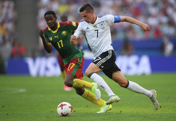 Полузащитник сборной Германии Юлиан Дракслер (справа)
