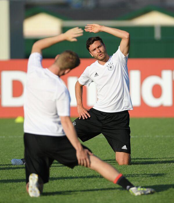 Защитник сборной Германии Йонас Хектор (справа)