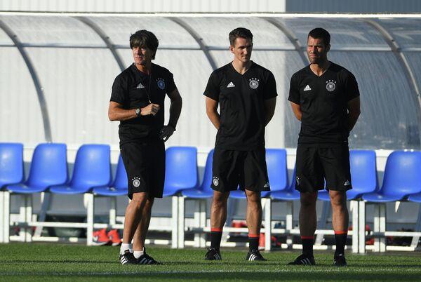 Тренерский штаб сборной Германии во главе с главным тренером команды Йоахимом Лёвом (слева)