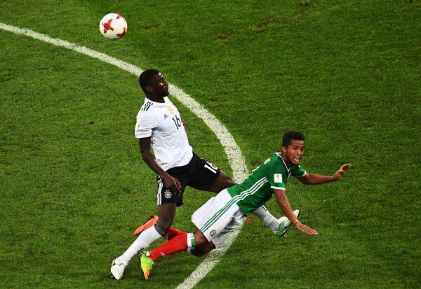 Защитник сборной Германии Антонио Рюдигер (слева) и нападающий сборной Мексики Хонатан дос Сантос