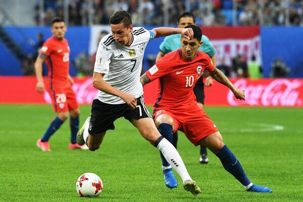 Полузащитники сборной Германии по футболу Юлиан Дракслер (слева) и команды Чили Пабло Эрнандес
