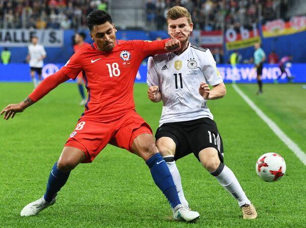 Защитник сборной Чили по футболу Гонсало Хара и нападающий команды Германии Тимо Вернер (слева направо)