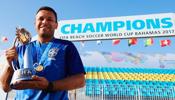 Главный тренер сборной Бразилии по пляжному футболу Жилберто Коста