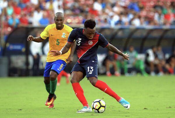 Игровой момент матча Золотого кубка КОНКАКАФ между сборными Коста-Рики и Французской Гвианы