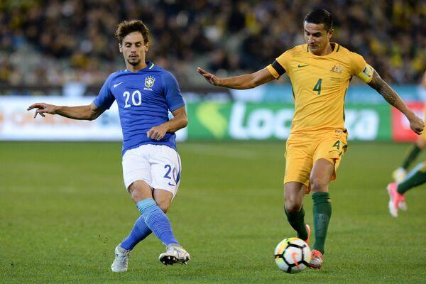 Защитник сборной Бразилии Родриго Кайо (слева) и нападающий сборной Австралии Тим Кэхилл