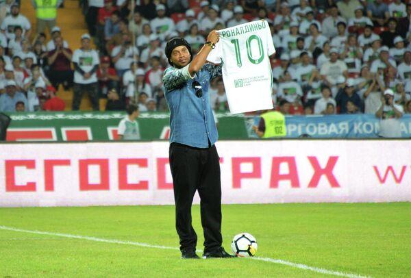 Бразильский футболист Роналдиньо перед началом матча Ахмат - Амкар