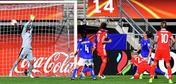Полузащитник сборной России Елена Морозова (третья справа) забивает гол в ворота голкипера сборной Италии Кьяры Маркителли (слева)