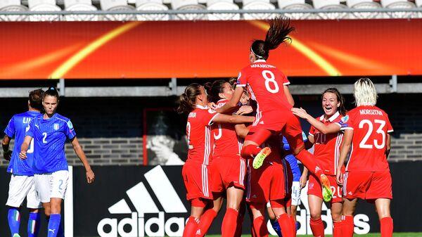Футболистки сборной России радуются голу