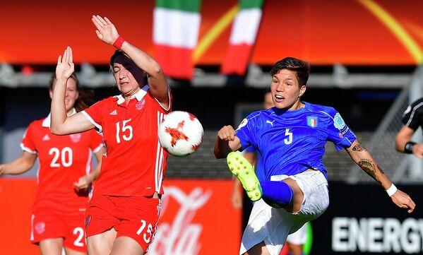 Нападающий сборной России Елена Данилова (слева) и защитник сборной Италии Елена Линари