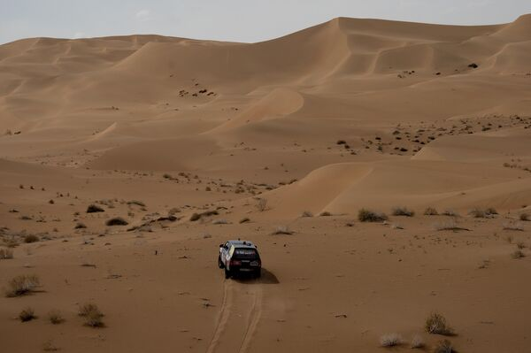 Один из участников ралли Шелковый путь во время прохождения этапа в пустыне Гоби