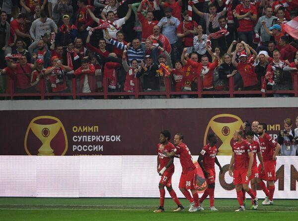 Игроки и болельщики Спартака радуются забитому мячу в матче за Суперкубок России