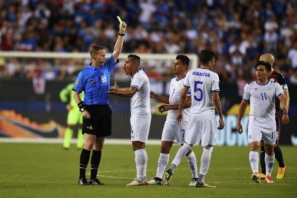 Игровой момент матча Золотого кубка КОНКАКАФ между сборными США и Сальвадора