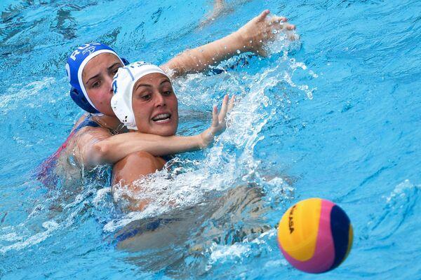 Ватерполистка сборной России Татьяна Толкунова (слева) и ватерполистка сборной Италии Розариа Аелло