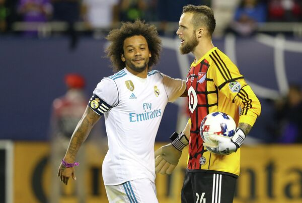 Защитник Реала Марсело (слева) и вратарь сборной звезд MLS Штефан Фрай