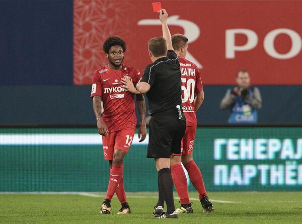 Главный судья Михаил Вилков показывает красную карточку игроку Спартака Луису Адриано (слева)