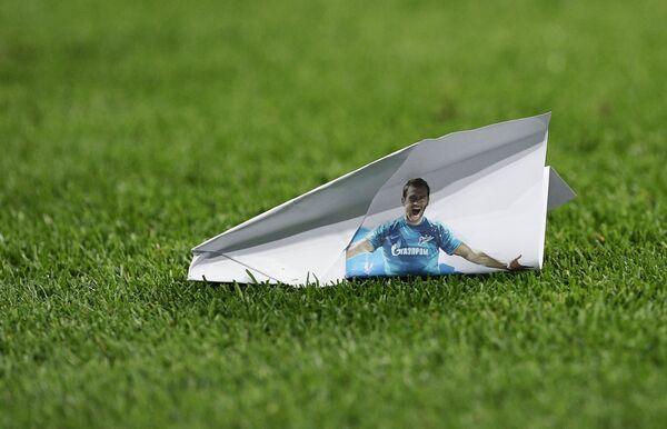 Бумажный самолетик с изображением Александра Кержакова