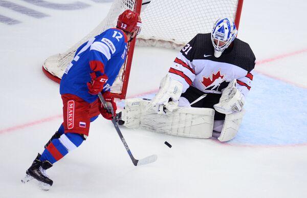 Форвард Олимпийской сборной России Кирилл Капризов (слева) и вратарь сборной Канады Кевин Пулен