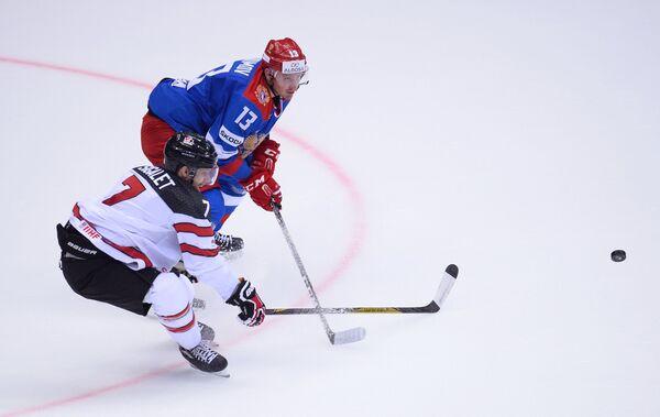 Защитник сборной Канады Джонатан Сигалет (слева) и форвард Олимпийской сборной России Роман Любимов