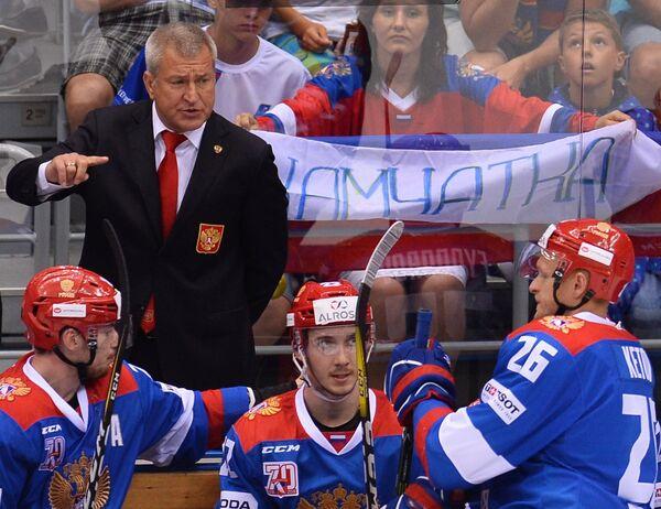 Главный тренер Олимпийской сборной России Олег Браташ (слева на втором плане)
