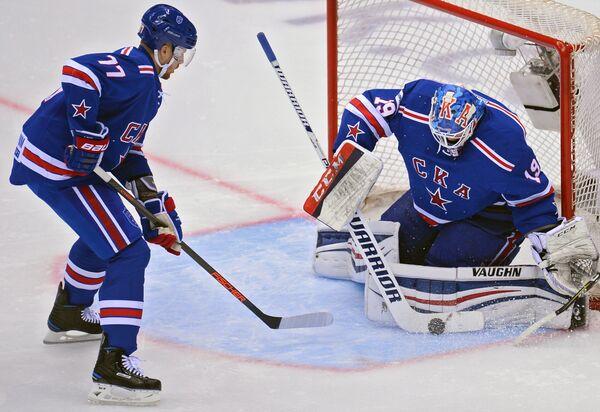Вратарь ХК СКА Микко Коскинен (справа) и защитник ХК СКА Антон Белов