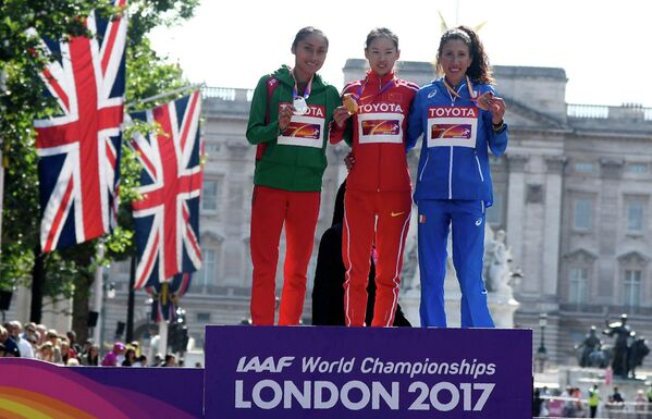 Церемония награждения призеров в спортивной ходьбе на 50 километров у женщин: Мария Гонсалес, Ян Цзяюй и Антонелла Пальмизано  (слева направо)