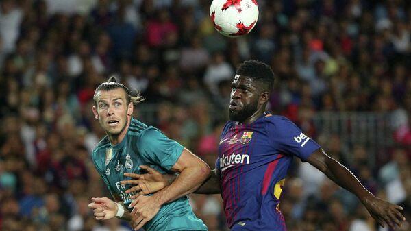 Нападающий Реала Гарет Бейл и защитник Барселоны Самюэль Юмтити (слева направо)