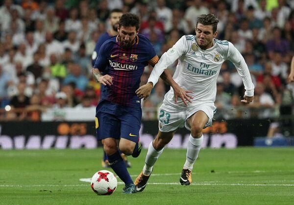 Нападающий Барселоны Лионель Месси (слева) и полузащитник Реала Матео Ковачич