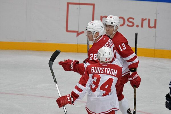 Хоккеисты Витязя Никлас Бурстрем, Яакко Риссанен и Ессе Манкинен (слева направо)