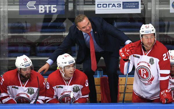 Хоккеисты Витязя Роман Горак, Артём Ворошило, Никита Выглазов (слева направо) и главный тренер команды Валерий Белов (в центре)