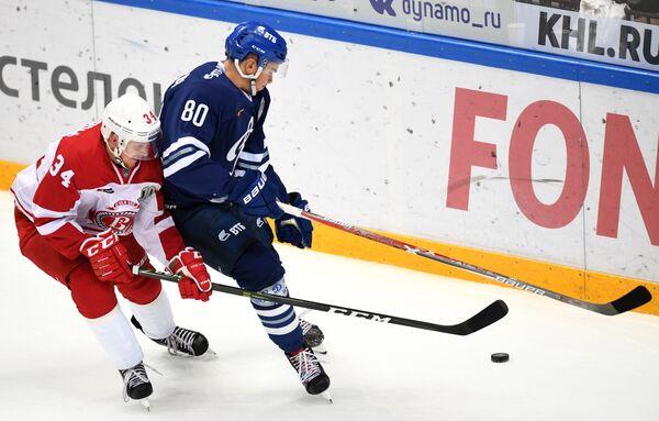 Форвард Динамо Дмитрий Сидляров (справа) и защитник Витязя Никлас Бурстрём