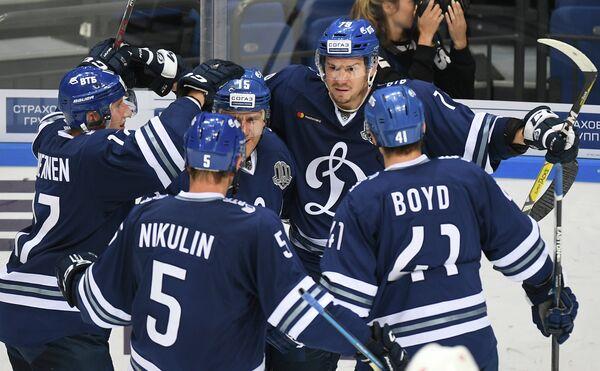 Хоккеисты Динамо Юусо Хиетанен, Илья Никулин и Дастин Бойд (слева направо)