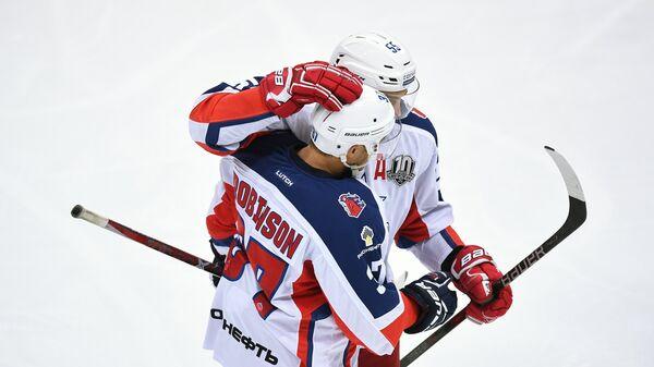 Хоккеисты ЦСКА Мэт Робинсон (слева) и Богдан Киселевич радуются заброшенной шайбе